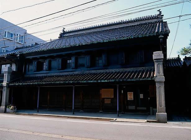 黒漆喰の土蔵建築